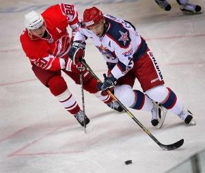 Спартаковец Алексей Акифьев (№20) против армейца Петра Счастливого в сентябре 2008 года