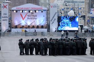 Сотрудники полиции на проспекте Академика Сахарова в Москве перед началом митинга оппозиции «За честные выборы», 24 декабря 2011 года