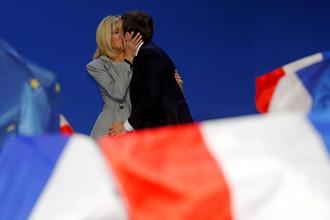 Кандидат в президенты Франции от движения «Вперед!» Эммануэль Макрон с супругой Бриджит после объявления предварительных результатов голосования, 23 апреля 2017 года
