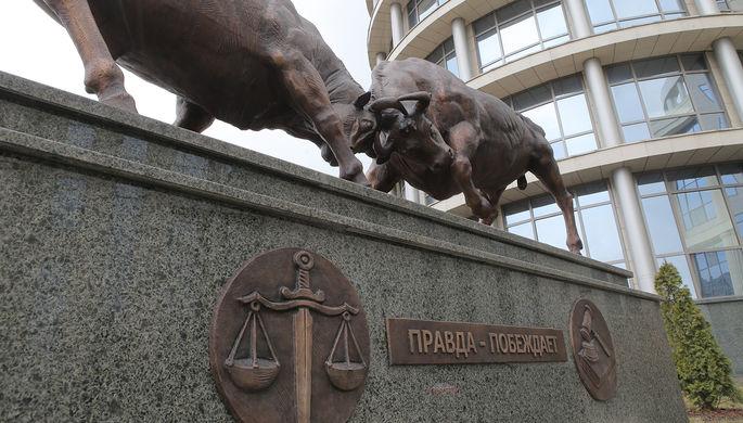 Скульптура «Правда побеждает» перед зданием Московского городского суда