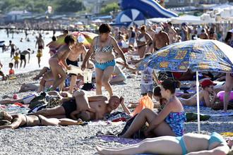 Отдыхающие на пляже Коктебеля в Крыму, июль 2017 года