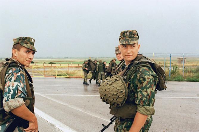Бойцы передового отряда российских миротворческих сил на военном аэродроме «Слатина» вблизи Приштины