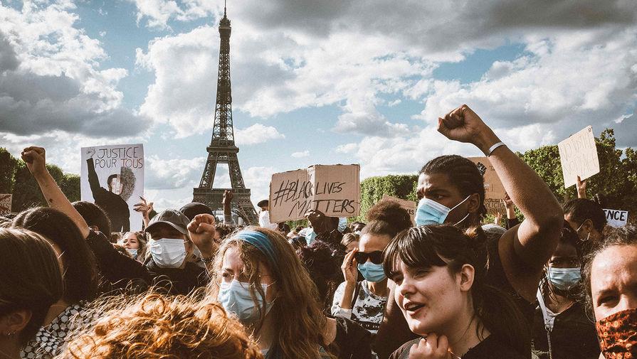 Демонстрация против полицейского насилия на Марсовом поле в Париже, 6 июня 2020 года