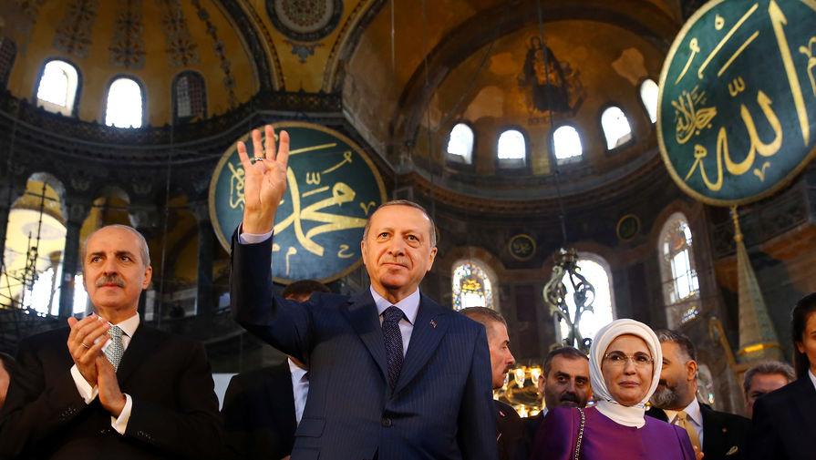 Президент Турции Реджеп Тайип Эрдоган на церемонии открытия художественной выставки в стенах Собора Святой Софии в Стамбуле, 2018 год