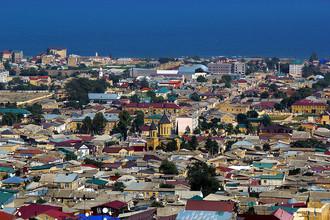 Вид на город и армянскую церковь с цитадели Нарын-Кала