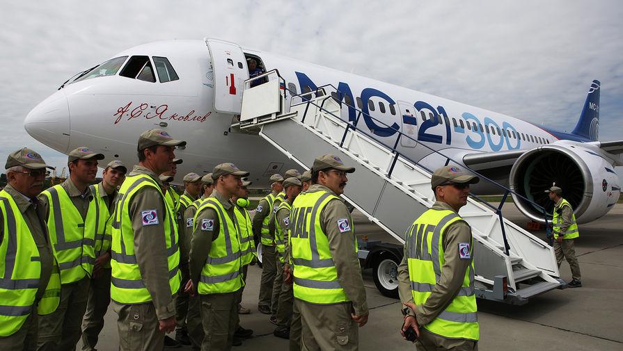 Новый российский пассажирский самолет МС-21-300 («Магистральный самолет XXI века») после первого пробного полета на аэродроме Иркутского авиационного завода, 28 мая 2017 года