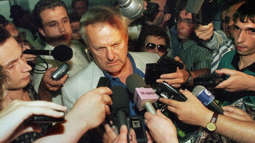 Анатолий Собчак во время возвращения в Санкт-Петербург из Франции, 1999 год