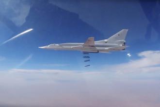 Российские дальние бомбардировщики Ту-22М3 во время нанесения группового авиаудара в районе сирийского города Абу-Кемаль. Кадры опубликованы Минобороны России 17 ноября 2017 года