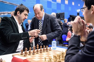Владимир Крамник (слева) перед началом партии на шахматном турнире в Вейк-ан-Зее