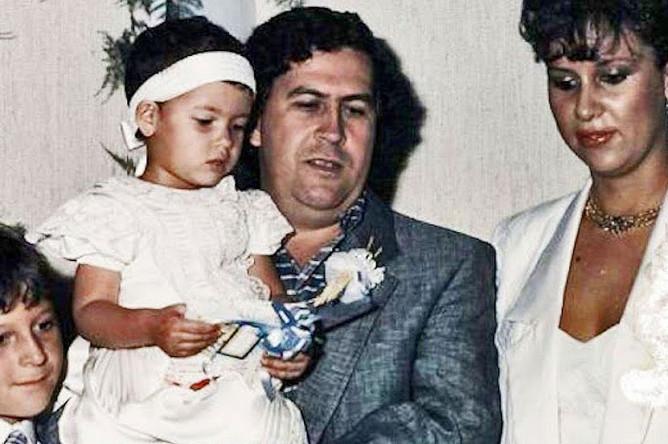Пабло Эскобар с женой Марией и детьми