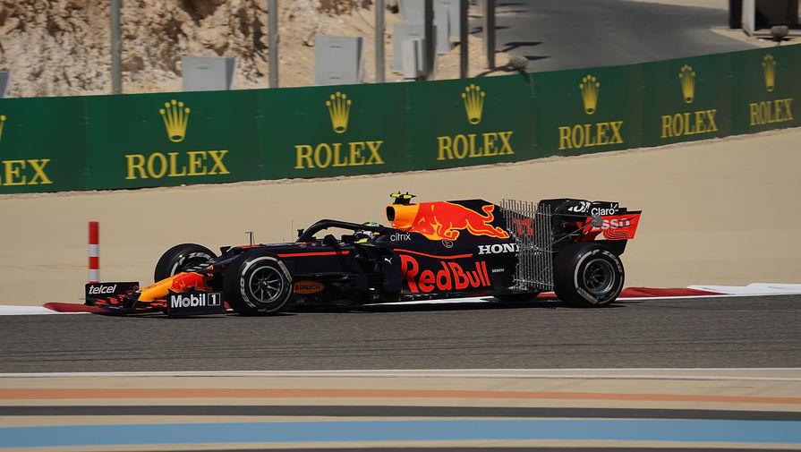 Мексиканский пилот «Ред Булла» Серхио Перес во время заезда в третий день тестов «Формулы-1» на трассе в Бахрейне.