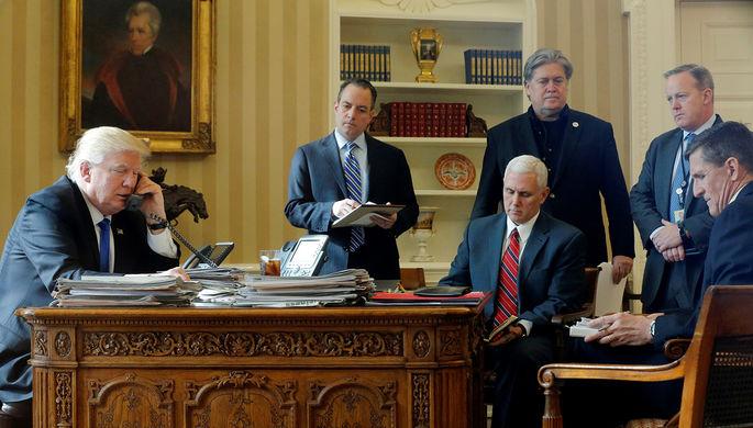 Президент США Дональд Трамп (слева направо) в присутствии главы аппарата Белого дома Райнса Прибуса...