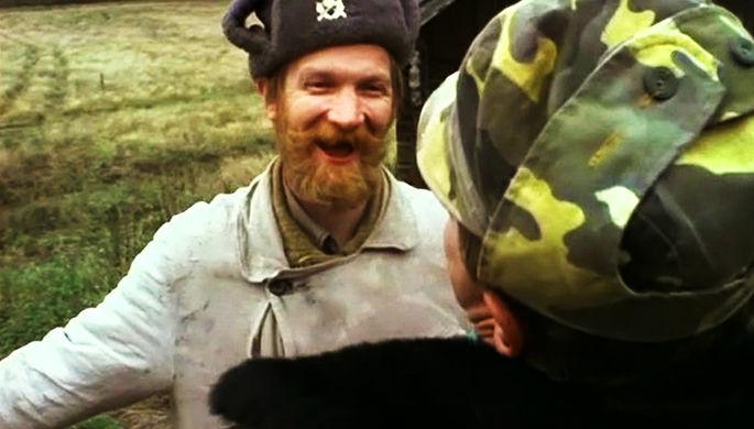 Егерь Кузьмич (актер Виктор Бычков) в сцене из фильма «Особенности национальной охоты» (1995)