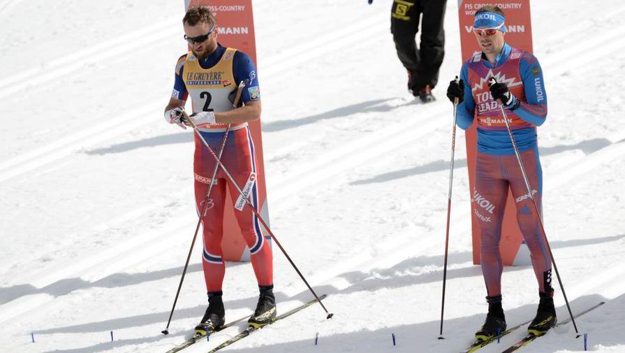Слева направо: Петтер Нортуг (Норвегия) и Сергей Устюгов (Россия) на старте гонки преследования среди мужчин на Этапе Кубка мира по лыжным гонкам в канадском Кэнморе.