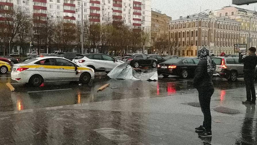 Последствия урагана в Москве на Смоленском бульваре, 21 апреля 2018 года