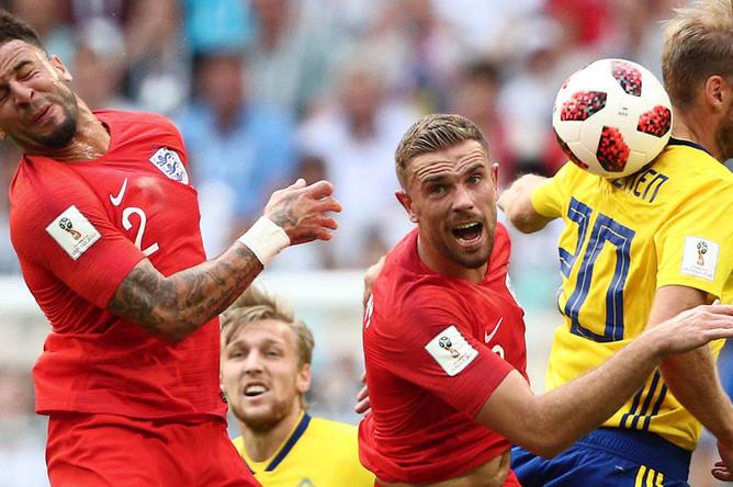 Слева направо: Кайл Уокер (Англия), Джордан Хендерсон (Англия), Ола Тойвонен (Швеция) в матче 1/4 финала чемпионата мира по футболу между сборными Швеции и Англии