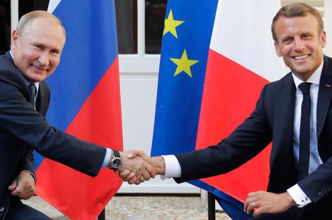Президент России Владимир Путин и президент Франции Эмманюэль Макрон во время встречи во Франции, 19 августа 2019 года