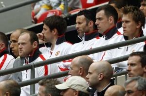 Уэйн Руни (второй слева) на скамейке запасных МЮ во время кубкового матча с «Сити» на «Уэмбли»