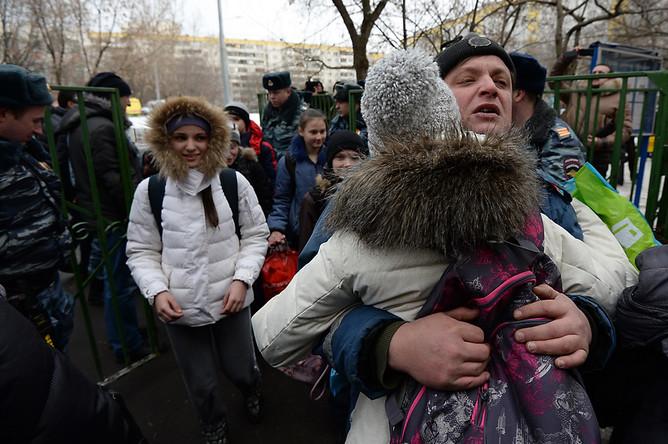 Учащиеся московской школы №263, в которую проник вооруженный старшеклассник