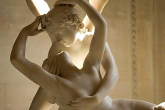 Более 200 лет назад директор Эрмитажа князь Николай Юсупов приобрел в Риме мраморную скульптуру Антонио Кановы «Амур и Психея», ставшую украшением музея