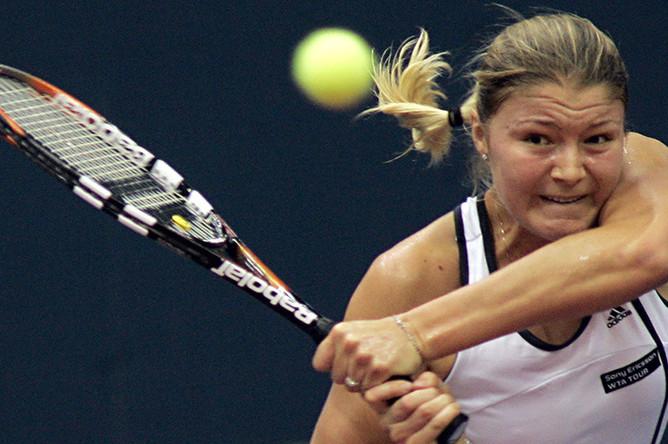 Динара Сафина во время матча с соотечественницей Марией Шараповой в четвертьфинале «Кубка Кремля-2005». Игра закончилась победой Сафиной со счетом 1:6, 6:4, 7:5
