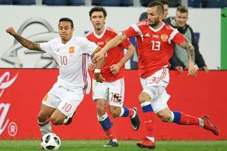 Игроки сборной России борьбе за мяч