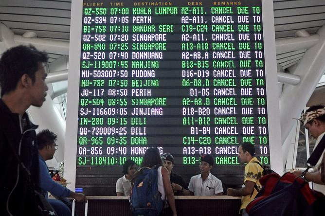 Отмененные из-за извержения вулкана рейсы в международном аэропорту Нгурах-Рай на Бали, 27 ноября 2017 года