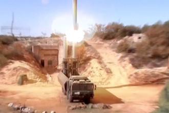 Кадр из видео, на котором береговой ракетный комплекс «Бастион» запускает противокорабельные ракеты «Оникс» в неизвестной точке Сирии