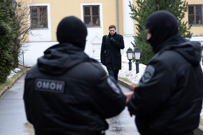 Сотрудники правоохранительных органов во время обысков в Международном центре Рерихов в Москве, 7 марта 2017 года