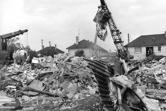 Обломки фюзеляжа ТУ-144 и остовы домов в деревне Гусенвиль, куда упал самолет во время показательного выступления на авиасалоне Ле-Бурже 3 июня 1973 года