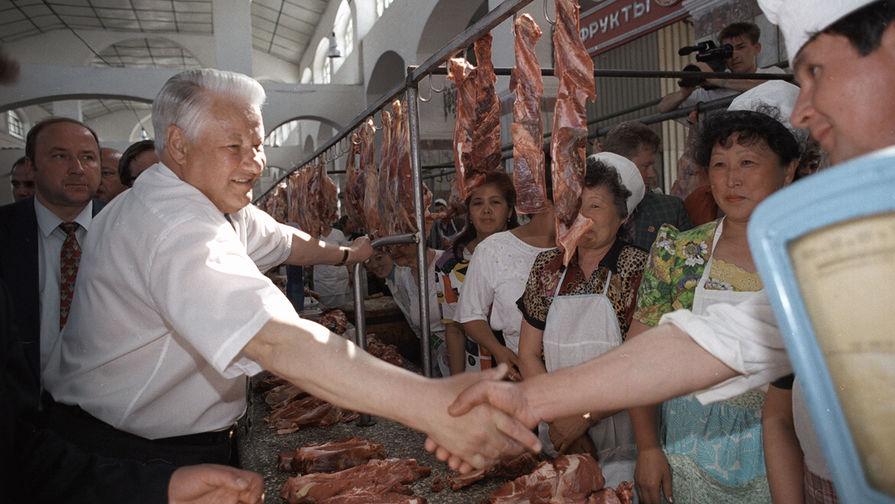 Президент России Борис Ельцин на продовольственном рынке в Астрахани в ходе президентской кампании, 10 мая 1996 года