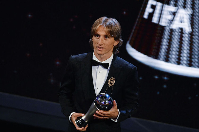 Игрок сборной Хорватии по футболу Лука Модрич с наградой The Best FIFA Football Awards 2018 в номинации «Лучший игрок года»
