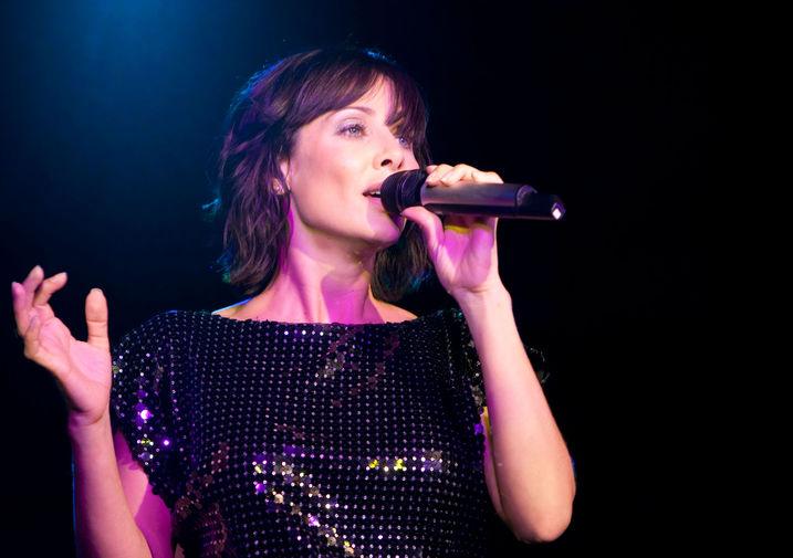 Натали Имбрулья во время выступления в Лондоне, 2009 год