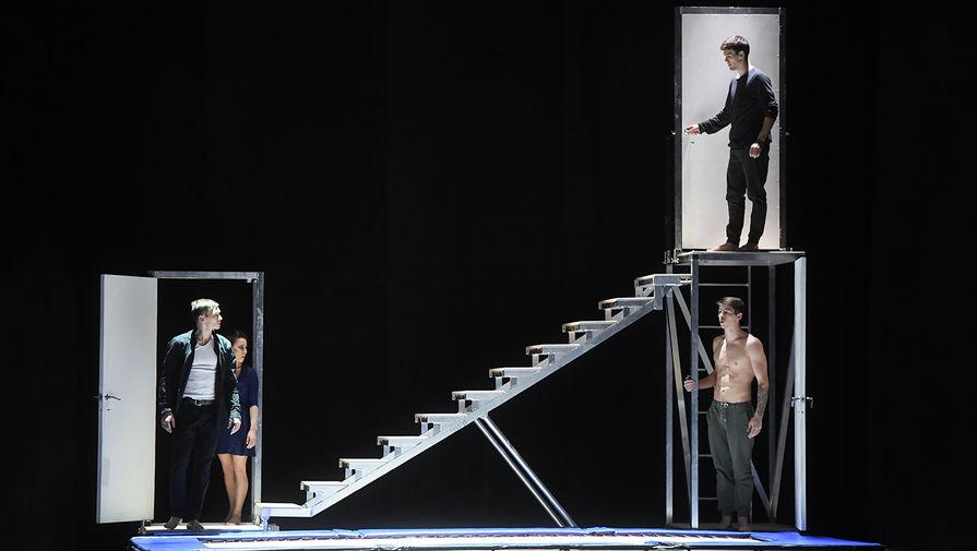 Артисты в сцене из спектакля-эксперимента «Реверс» в Московском театре мюзикла, 2018 год