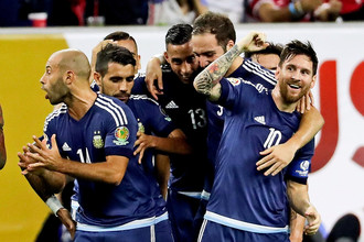 Лионель Месси (справа) и его партнеры по сборной Аргентины получают от своей игры на нынешнем Кубке Америки массу удовольствия