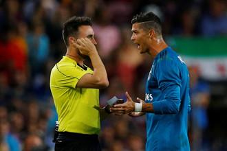 Криштиану Роналду спорит с арбитром во время матча за Суперкубок Испании