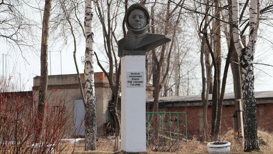 Бюст космонавта Юрия Гагарина во дворе средней общеобразовательной школы № 112 им. Ю.А. Гагарина в Екатеринбурге