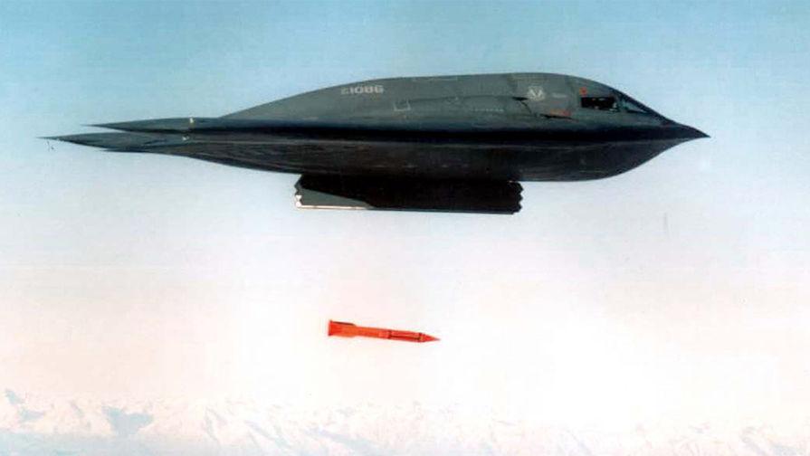 Американский стратегический бомбардировщик B-2 Spirit и бомба B61-11 во время испытаний на Аляске, 1998 год