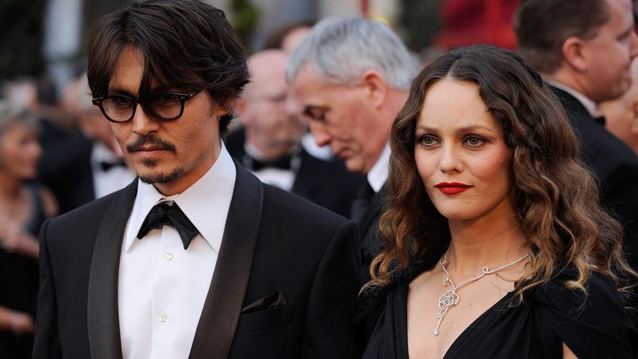 С 1998 года Ванесса Паради была с актером Джонни Деппом. У пары двое детей — дочь Лили-Роуз...