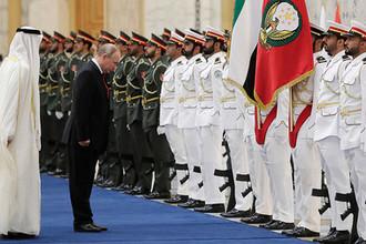 Наследный принц Абу-Даби Мухаммад Аль Нахайян и президент России Владимир Путинво время церемонии официальной встречи в президентском дворце, 15 октября 2019 года