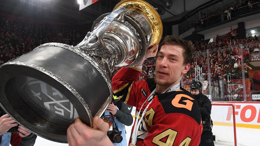 Игрок ХК «Авангард» Дамир Шарипзянов с наградой после победы в Кубке Гагарина Континентальной хоккейной лиги, 28 апреля 2021 года