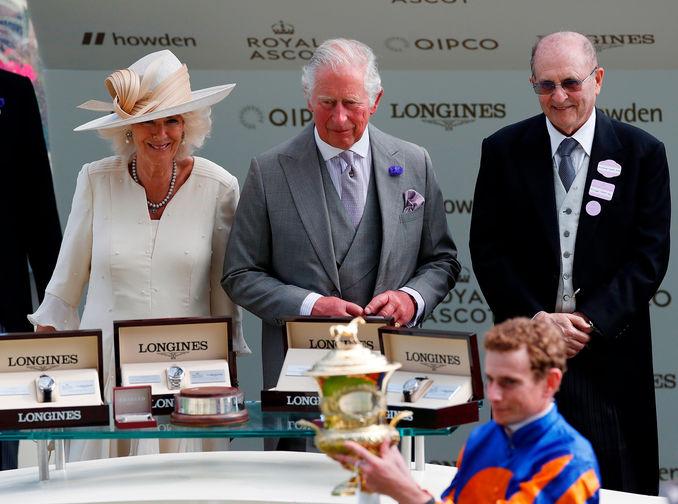 Райан Мур с трофеем от Чарльза, принца Уэльского и Камиллы, герцогини Корнуолльской после победы во второй день турнира на скачках турнира Royal Ascot, 16 июня 2021 года