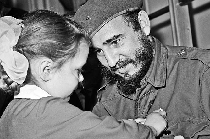 Фидель Кастро во время посещения ленинградского детского сада № 17, 1963 год