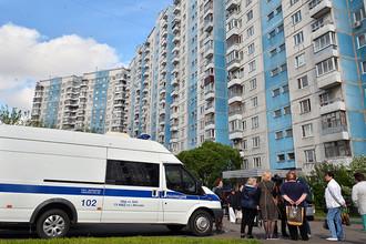 Автомобиль полиции у жилого дома, где сотрудники ФСБ РФ задержали членов террористической группы, 25 мая 2017 года