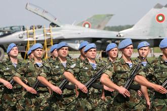 Военнослужащие сил специальных операций Болгарии на фоне истребителя МиГ-29 во время авиашоу на базе Граф-Игнатиево, 2007 год