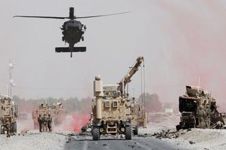 Американские военные на месте атаки смертника в афганской провинции Кандагар, август 2017 года