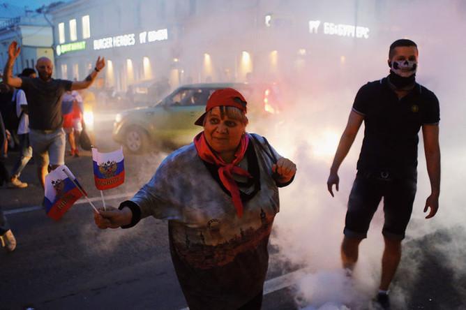 Болельщики празднуют победу сборной России в центре Москвы, 1 июля 2018 года