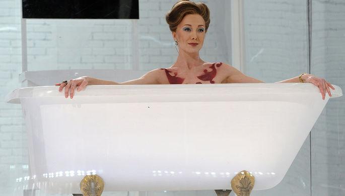 Актриса Дарья Мороз в роли Гертруды в сцене из спектакля «Идеальный муж. Комедия» в МХТ им. А. П. Чехова