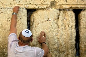 Накануне Рош ха-Шана Фонд совета Стены Плача извлекает записки, которые верующие оставили между камней. После этого их вывозят на Масличную гору, чтобы захоронить.Стена Плача очищается от записок два раза в год, перед Песахом (Еврейская Пасха) и Рош ха-Шана
