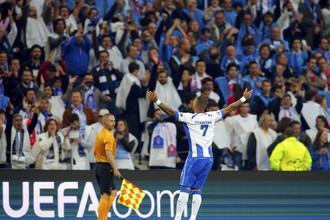 Рикардо Куарежма празднует первый мяч
